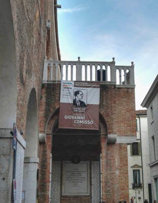 Il logo del Premio Comisso ben in vista dnella scalinata di Palazzo dei Trecento